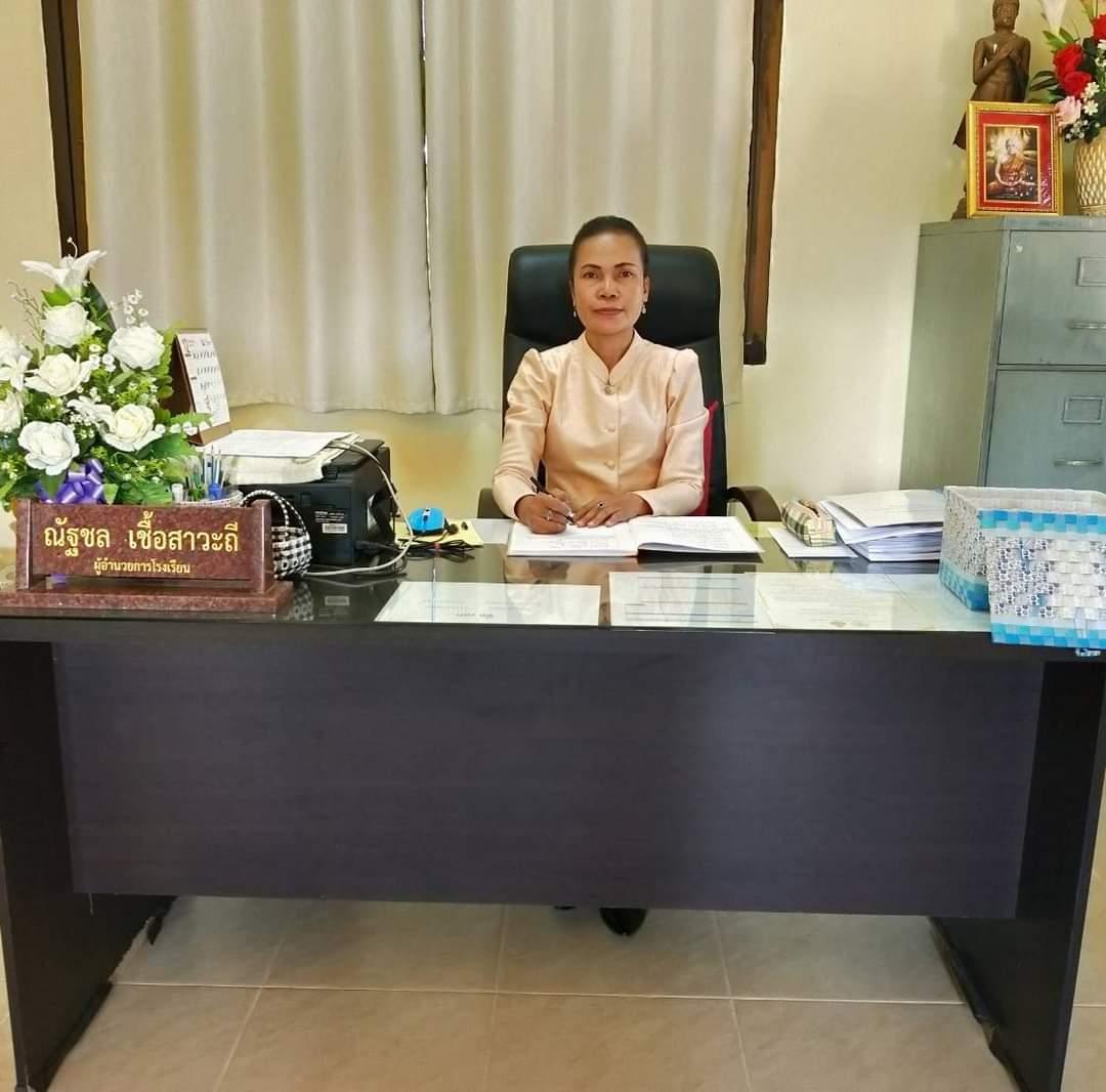 นางสาวณัฐชล เชื้อสาวะถี ผู้อำนวยการโรงเรียนบ้านหินตั้งหนองอีเลิง โทร : 086-2263178 Email : natchon13@gmail.com